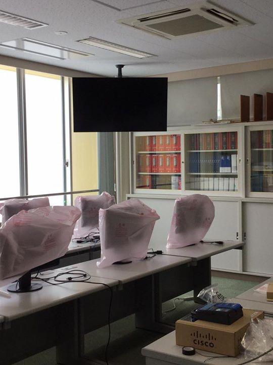 某工業高校実習室にて納品作業中。